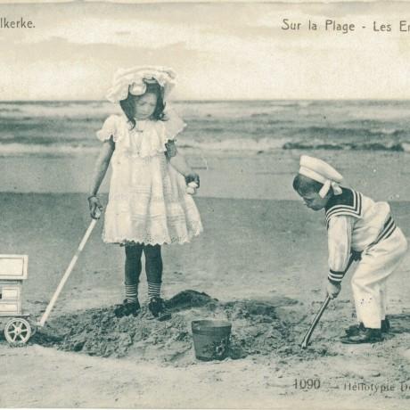 spelende kinderen op het strand
