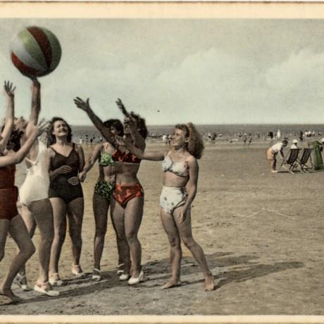 spelende meisjes op het strand
